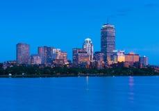 boston natthorisont Upplysta byggnader i den tillbaka fjärden, USA arkivfoto