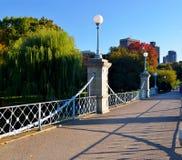 Boston offentlig trädgård - bron Arkivfoton