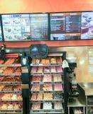 BOSTON - OKTOBER 2015: De winkelbinnenland van Dunkindonuts Het is een majo Stock Afbeeldingen