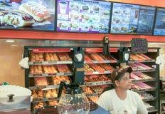 BOSTON - OKTOBER 2015: De winkelbinnenland van Dunkindonuts Het is een majo Royalty-vrije Stock Afbeeldingen