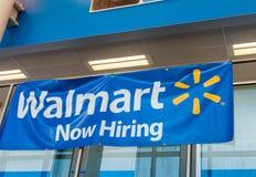 BOSTON - 18. OKTOBER 2015: Walmart-Eingang mit jetzt Einstellungszeichen Lizenzfreie Stockbilder