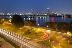 Boston på natten med Charles River Arkivbild