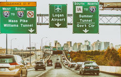 BOSTON - SEPTEMBER 2015: Stadsverkeer die de stad ingaan Boston Stock Foto's