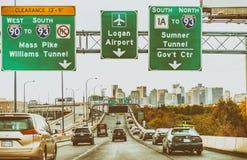 BOSTON - SEPTEMBER 2015: Stadtverkehr, der die Stadt kommt Boston Lizenzfreie Stockbilder