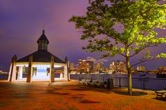 Boston-Skyline bei Sonnenuntergang Piers Park Massachusetts lizenzfreie stockbilder