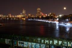 Boston-Skyline im Winter, wie von der Boston-Hochschulbrücke (Boston, Massachusetts, USA/am 12. März 2015) gesehen Lizenzfreie Stockbilder