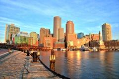 Boston-Skyline mit Finanzbezirk und Boston-Hafen am Sonnenaufgang-Panorama Stockbild