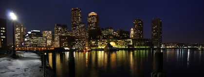 Boston-Skyline am Nachtpanorama Stockbilder