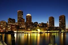Boston-Skyline nachts lizenzfreie stockfotografie