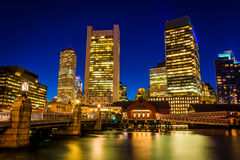The Boston skyline at night, seen from Fort Point, Boston, Massa Royalty Free Stock Images