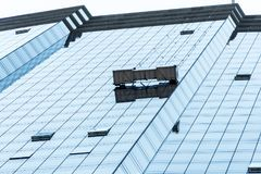Boston-Skyline syscraper Gruppenarbeitskräfte, die Fensterservice am hohen Aufstieg errichtet blaues Fenster säubern lizenzfreies stockfoto
