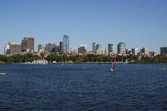 Boston-Skyline und -Segelboote entlang Charles River Stockfoto