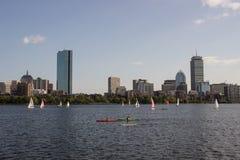 Boston-Skyline und -Segelboote entlang Charles River Lizenzfreie Stockfotos