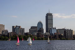 Boston-Skyline und -Segelboote entlang Charles River Stockfotografie