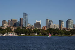 Boston-Skyline und -Segelboote entlang Charles River Stockbilder