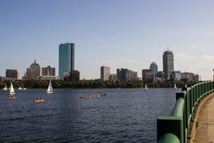 Boston-Skyline und -Segelboote entlang Charles River Stockbild