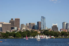Boston-Skyline und -Segelboote entlang Charles River Stockfotos