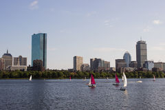 Boston-Skyline und -Segelboote entlang Charles River Stockfotos