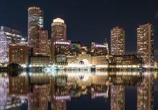 Boston-Stadt-Skyline-Reflexion nachts lizenzfreie stockbilder