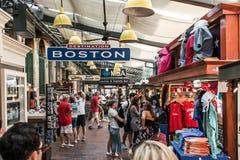 BOSTON STANY ZJEDNOCZONE 05 09 2017 - ludzie Robi zakupy Hall Quincy rynku rzędu centrum historycznego miasto przy plenerowym Fan Zdjęcia Royalty Free