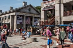 BOSTON STANY ZJEDNOCZONE 05 09 2017 - ludzie Robi zakupy Hall Quincy rynku rzędu centrum historycznego miasto przy plenerowym Fan Zdjęcie Royalty Free