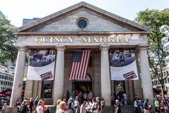 BOSTON STANY ZJEDNOCZONE 05 09 2017 - ludzie Robi zakupy Hall Quincy rynku rzędu centrum historycznego miasto przy plenerowym Fan obraz stock