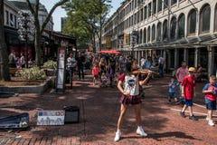 BOSTON STATI UNITI 05 09 2017 persone alla città storica di compera all'aperto di Faneuil Hall Quincy Market Government Center fotografie stock libere da diritti