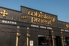 Boston U.S.A. 05 09 2017 - Porto marittimo - pub della bevanda del cocktail della barra del sacerdote del whiskey un giorno soleg Fotografia Stock Libera da Diritti