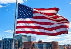 Boston-Ufergegend und Skyline und Staatsflagge MA Vereinigter Staaten Stockfotografie
