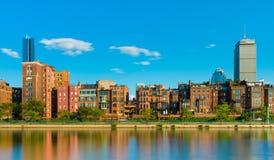 Boston USA: Gamla historiska hus- och skyskrapabyggnader reflekterade i vatten av Charles River Arkivfoto