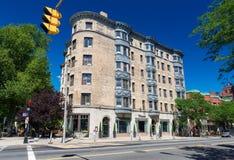 Boston USA: Gammal byggnad med balkonger i perspektivsikt på en av gatorna i tillbaka fjärd Arkivbild