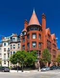 Boston USA: Gammal historisk byggnad som göras av röd tegelsten och rödbrun sandsten Royaltyfri Bild
