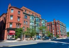 Boston USA: Gatasikt med gamla tegelstenhus i tillbaka fjärd Royaltyfri Bild