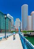 Boston USA: Man som cyklar på bron in mot det Boston centret Royaltyfria Foton