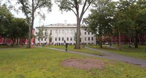 Boston USA - Sept 9, 2016: Universitet Hall och John Harvard Mon Royaltyfria Foton