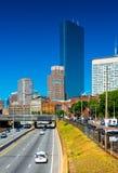 Boston USA: Sikt av huvudvägen med trafik och Boston cityscape Royaltyfria Foton