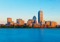 Boston USA: Sikt från Cambridge på Boston som är i stadens centrum under solnedgången Royaltyfri Foto