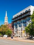 Boston, USA: Wohngebäude und die alte Kirche Lizenzfreies Stockbild
