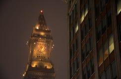 Boston& x27; torre de aduanas de s en una noche del invierno Nevado Foto de archivo libre de regalías