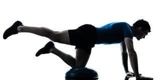 执行bosu锻炼健身姿势的人 免版税库存图片