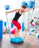 健身讲师妇女的Bosu球有氧运动的 图库摄影