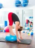 健身讲师妇女的Bosu球有氧运动的 库存图片