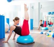 Bosu boll för konditioninstruktörkvinna i aerobics Arkivfoto