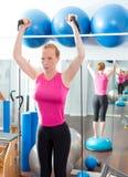 Bosu boll för konditionkvinna i aerobicsidrottshall Arkivfoto