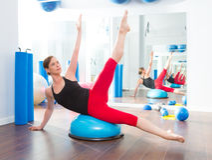 Bosu boll för konditioninstruktörkvinna i aerobics Arkivfoton