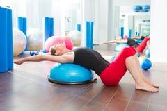 Bosu boll för konditioninstruktörkvinna i aerobics Royaltyfria Foton