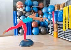 Bosu jeden nogi rozszerzenia deadlift dziewczyny ćwiczenie Fotografia Royalty Free