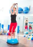 Bosu Kugel für Eignungausbilderfrau im Aerobics Stockbild