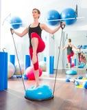 Bosu Kugel für Eignungausbilderfrau im Aerobics Lizenzfreie Stockfotos