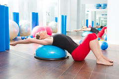 Bosu piłka dla sprawności fizycznej instruktora kobiety w aerobikach Zdjęcia Royalty Free